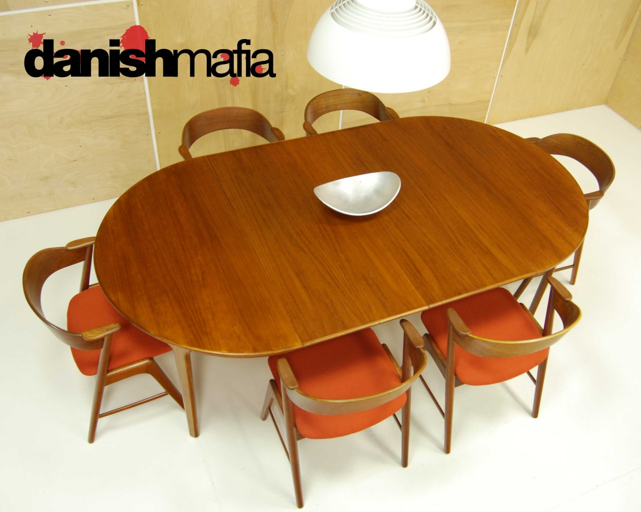 MID CENTURY DANISH MODERN OVAL TEAK DINING TABLE W LEAVES - Modern oval dining table with leaf